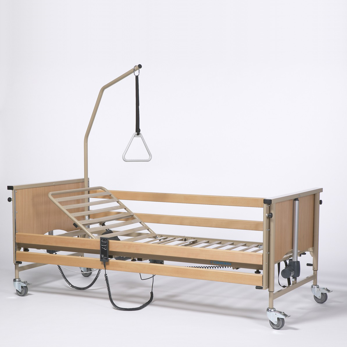 Кровать для лежачих больных функциональная 4-х секционная электрическая Vermeiren LUNA Basic (в комплекте с матрасом)